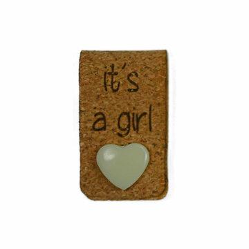 Kurk label 2 x 7 cm It's a Girl met hartjes drukknoopje