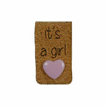 Kurk label 2 x 7 cm It's a girl met hartjes drukknoopje roze